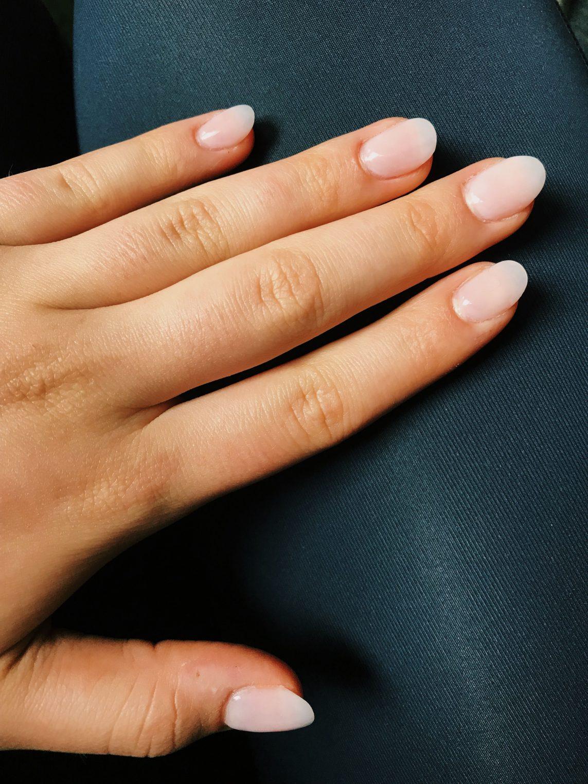 ongles rose pâle